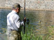 Pescuit ilegal în lacul Dumbrava chiar sub ochii administratorului