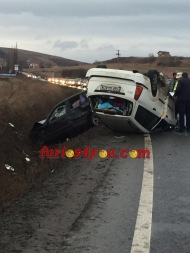 BREAKING NEWS:  Accident grav între două autoturisme în apropiere de Viile Sibiului. O mașină este în șanț iar cealaltă esterăsturnată
